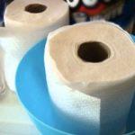 Obyčejné ubrousky namočila do vody! Jednoduchý způsob jak si vytvořit domácí vlhčené ubrousky!