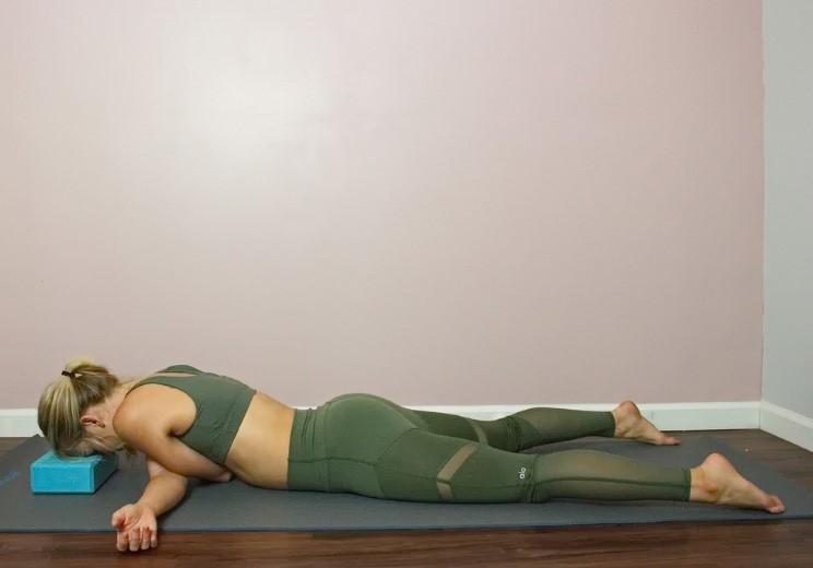 Těchto 9 jógových pozic vám uleví od bolesti zad a ramen